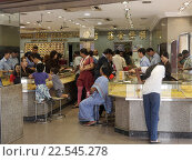 Купить «Наплыв покупателей в ювелирном магазине в индийском квартале Сингапура», фото № 22545278, снято 31 мая 2014 г. (c) Максим Гулячик / Фотобанк Лори
