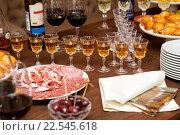 Рюмки с аперитивами и закуски на столе. Стоковое фото, фотограф Okssi / Фотобанк Лори