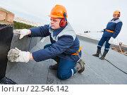 Flat roof installation. Heating and melting bitumen roofing felt. Стоковое фото, фотограф Дмитрий Калиновский / Фотобанк Лори
