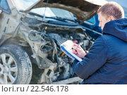 Купить «Insurance agent recording car damage on claim form», фото № 22546178, снято 15 марта 2016 г. (c) Дмитрий Калиновский / Фотобанк Лори