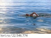 Молодой спортсмен плавает в море. Стоковое фото, фотограф Куликов Константин / Фотобанк Лори