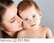 Купить «Мать с ребенком на руках», фото № 22551562, снято 7 марта 2013 г. (c) Элина Гаревская / Фотобанк Лори