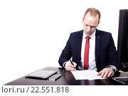 Купить «Бизнесмен подписывает контракт на рабочем месте», фото № 22551818, снято 5 февраля 2015 г. (c) Артём Зайцев / Фотобанк Лори