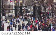 Купить «Люди в Александровском саду», эксклюзивный видеоролик № 22552114, снято 11 апреля 2016 г. (c) Alexei Tavix / Фотобанк Лори