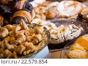 Купить «Confectionary display in modern cafe», фото № 22579854, снято 24 октября 2018 г. (c) Яков Филимонов / Фотобанк Лори
