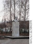 Купить «Памятник Муллануру Вахитову. Лениногорск», фото № 22584070, снято 22 апреля 2015 г. (c) Наталья Жесткова / Фотобанк Лори