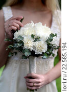 Свадебный букет из белых цветов в руках у невесты. Стоковое фото, фотограф Ирина Океанова / Фотобанк Лори