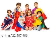 Купить «Группа детей, завернутых в европейские флаги», фото № 22587986, снято 14 февраля 2016 г. (c) Сергей Новиков / Фотобанк Лори