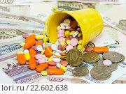 Купить «Много разных таблеток высыпались из ведра на фоне российских денег. Цены на лекарства», фото № 22602638, снято 10 апреля 2016 г. (c) Наталья Осипова / Фотобанк Лори