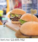 Купить «Гамбергеры в уличном продуктовом ларьке», фото № 22605162, снято 30 мая 2020 г. (c) Matej Kastelic / Фотобанк Лори