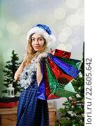 Купить «Улыбающаяся женщина с пакетами новогодних подарков», фото № 22605642, снято 28 декабря 2014 г. (c) Ирина Мойсеева / Фотобанк Лори
