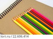 Купить «Цветные карандаши на блокноте для эскизов», фото № 22606414, снято 17 апреля 2016 г. (c) Елена Коромыслова / Фотобанк Лори