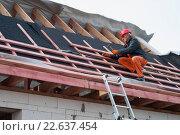 Купить «Монтаж обрешетки крыши на строительстве частного дома», фото № 22637454, снято 11 июля 2006 г. (c) Myroslav Kuchynskyi / Фотобанк Лори