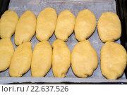 Сырые пирожки с начинкой на противне. Стоковое фото, фотограф Михаил Степанов / Фотобанк Лори