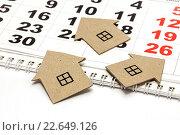 Купить «Три картонных домика на календаре», фото № 22649126, снято 20 апреля 2016 г. (c) Наталья Осипова / Фотобанк Лори