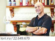 Купить «Sommelier barman at bar», фото № 22649670, снято 25 июля 2015 г. (c) Дмитрий Калиновский / Фотобанк Лори