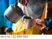 Мужчина наливает чай в алюминевую кружку. Поход на Бзербский карниз, Плато Табунное. Стоковое фото, фотограф Марина Коробкова / Фотобанк Лори