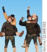 """Купить «Народные гулянья. Двое парней и двое девушек играют в """"лошадей и наездников""""», эксклюзивное фото № 22668022, снято 7 января 2011 г. (c) Игорь Низов / Фотобанк Лори"""