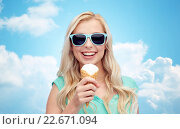 Купить «happy young woman in sunglasses eating ice cream», фото № 22671094, снято 13 февраля 2016 г. (c) Syda Productions / Фотобанк Лори