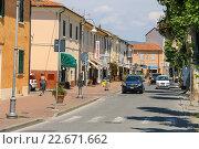 Люди на улице городка Вада, Италия (2015 год). Редакционное фото, фотограф Николай Кокарев / Фотобанк Лори