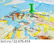 Купить «Карта мира с воткнутой кнопкой возле Москвы», эксклюзивное фото № 22676414, снято 18 апреля 2016 г. (c) Игорь Низов / Фотобанк Лори
