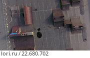 Купить «Вид сверху на рампу для велосипедистов и скейтбордистов около ТРК Лето. Пулковское шоссе, Сант-Петербург», видеоролик № 22680702, снято 24 апреля 2016 г. (c) Кекяляйнен Андрей / Фотобанк Лори