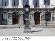 Часы у здания Управление ЖД дороги в городе Екатеринбурге (2013 год). Редакционное фото, фотограф Андрей Спицын / Фотобанк Лори