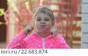 Девочка пяти лет смешно надувает щеки. Стоковое видео, видеограф Иванов Алексей / Фотобанк Лори