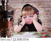 Девочка сидит за столом дома рядом с самоваром  обиженная, деревенская жизнь. Стоковое фото, фотограф julia Lebed / Фотобанк Лори