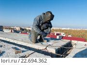 Сварщик работает на крыше дома. Стоковое фото, фотограф Dmytro Kohut / Фотобанк Лори