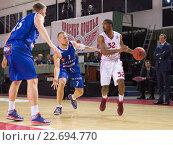 """Купить «Баскетбол. БК """"Красные Крылья"""", Аарон Майлз (32), с мячом в нападении», фото № 22694770, снято 9 ноября 2013 г. (c) Pavel Shchegolev / Фотобанк Лори"""