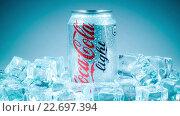 Купить «Банкак Кока-Колы Лайт во льду», видеоролик № 22697394, снято 29 октября 2014 г. (c) Андрей Армягов / Фотобанк Лори