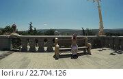 Купить «Девочка сидит на скамейке и крестится», видеоролик № 22704126, снято 28 апреля 2016 г. (c) Потийко Сергей / Фотобанк Лори