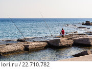 Купить «Мужчина ловит рыбу на берегу Средиземного моря. Родос, Греция.», фото № 22710782, снято 23 августа 2015 г. (c) Устенко Владимир Александрович / Фотобанк Лори