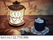 Горячий шоколад с зефиром в синей чашке и красивый светильник. Стоковое фото, фотограф Наталья Чумакова / Фотобанк Лори