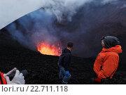 Купить «Туристы наблюдают за извержением вулкана», фото № 22711118, снято 27 июля 2013 г. (c) А. А. Пирагис / Фотобанк Лори