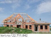 Строительство нового дома из кирпича. Дом с недостроенной крышей (2016 год). Стоковое фото, фотограф Игорь Ясинский / Фотобанк Лори