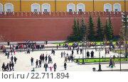 Купить «Люди гуляют в Александровском саду около Могилы Неизвестного солдата рядом с Кремлем», видеоролик № 22711894, снято 24 апреля 2016 г. (c) Parmenov Pavel / Фотобанк Лори