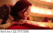 Купить «Красивая женщина ждет начала спектакля», видеоролик № 22717530, снято 1 мая 2015 г. (c) Валентин Беспалов / Фотобанк Лори