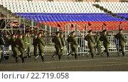 Купить «Ночная репетиция парада на Красной площади в Москве в честь 71-й годовщины Дня Победы. Рота почетного караула с флагами на карабинах», видеоролик № 22719058, снято 28 апреля 2016 г. (c) Игорь Долгов / Фотобанк Лори