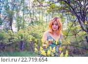 Молодая женщина в саду весной. Стоковое фото, фотограф Светлана Сухорукова / Фотобанк Лори