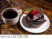Купить «Свежий черный кофе в кружке и шоколадный кекс», фото № 22720154, снято 16 сентября 2019 г. (c) Вячеслав Николаенко / Фотобанк Лори