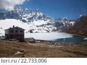 Купить «Asia, Nepal, Mount Everest, Gokyo Lakes, Gokyo, Tourist at Dudhpokhari with snowcapped mountain in background», фото № 22733006, снято 21 августа 2019 г. (c) age Fotostock / Фотобанк Лори