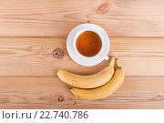 Чашка чая и два банана на деревянном фоне. Стоковое фото, фотограф Владимир Семенчук / Фотобанк Лори