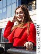 Купить «Деловая женщина в красном пальто на фоне офисного здания», фото № 22743114, снято 2 мая 2016 г. (c) Момотюк Сергей / Фотобанк Лори