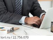 Бизнесмен работает на ноутбуке. Стоковое фото, фотограф Людмила Дутко / Фотобанк Лори