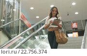 Купить «Девушка на эскалаторе в торговом центре», видеоролик № 22756374, снято 24 марта 2016 г. (c) worker / Фотобанк Лори
