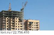 Купить «Строительство многоквартирного жилого комплекса», видеоролик № 22756410, снято 10 апреля 2016 г. (c) worker / Фотобанк Лори