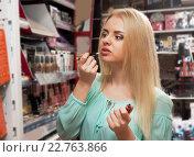 Молодые блондинки красит губы. Стоковое фото, фотограф Татьяна Яцевич / Фотобанк Лори