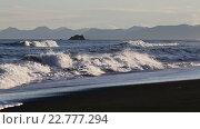 Купить «Вечерний вид на Тихоокеанское побережье Камчатки, пляж из черного вулканического песка», видеоролик № 22777294, снято 23 января 2018 г. (c) А. А. Пирагис / Фотобанк Лори